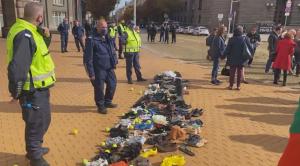 """""""Отровното трио"""" с нов протест: Оставиха стари обувки пред сградата на правителството (ВИДЕО)"""