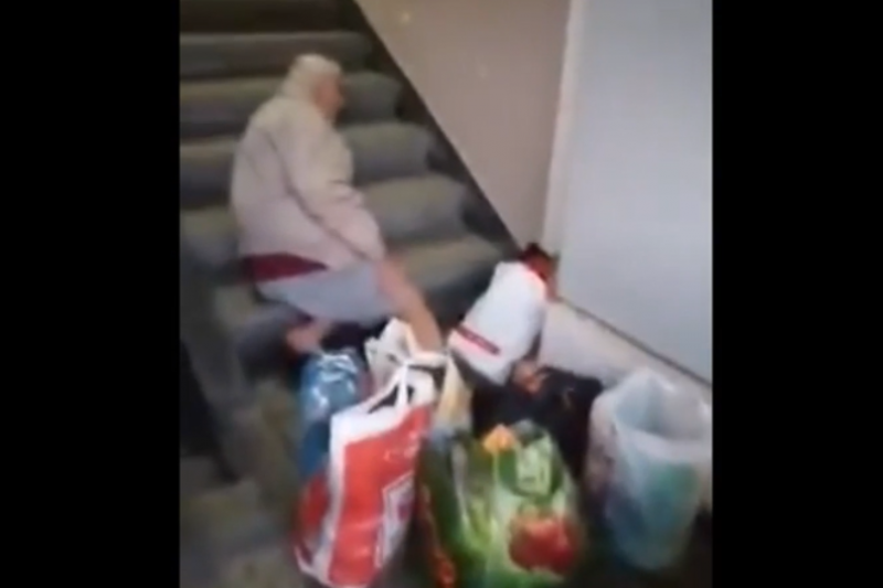 """Синът на починал след чакане на болничните стълби: """"Оставиха го навън като куче"""""""