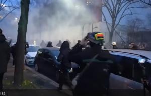 Истиснки бунтове и боеве по улиците на Париж заради новия закон за глобалната сигурност (ВИДЕО)