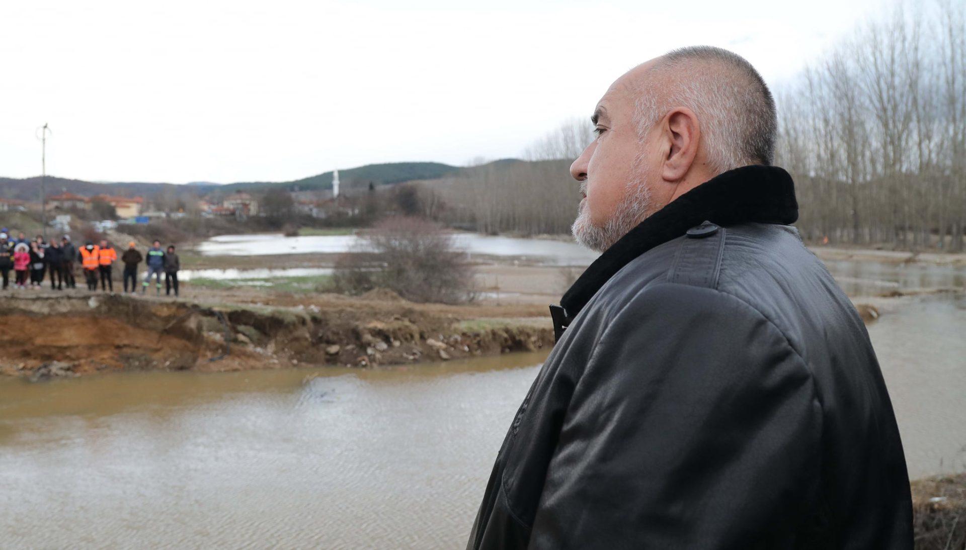 Борисов посети разрушен мост, строящ се тунел и училище