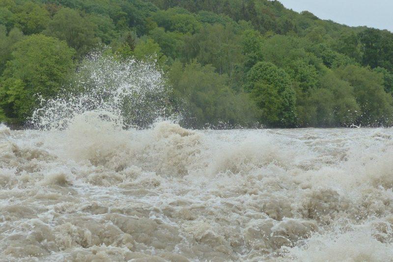 Джип бе погълнат и отнесен от придошла река край Симитли (ВИДЕО)