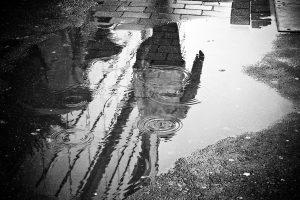 Асфалтират наводнена улица в София под дъжда (ВИДЕО)