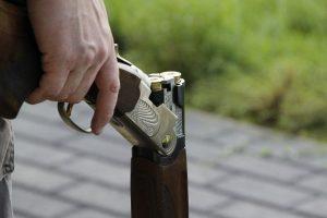 Мъж застреля с пушка неканен гост в дома си в Лъвино, камера засне инцидента
