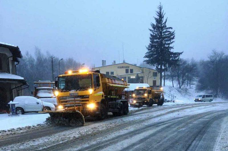 Снежен капан и бурен вятър затрудниха движението по пътищата у нас