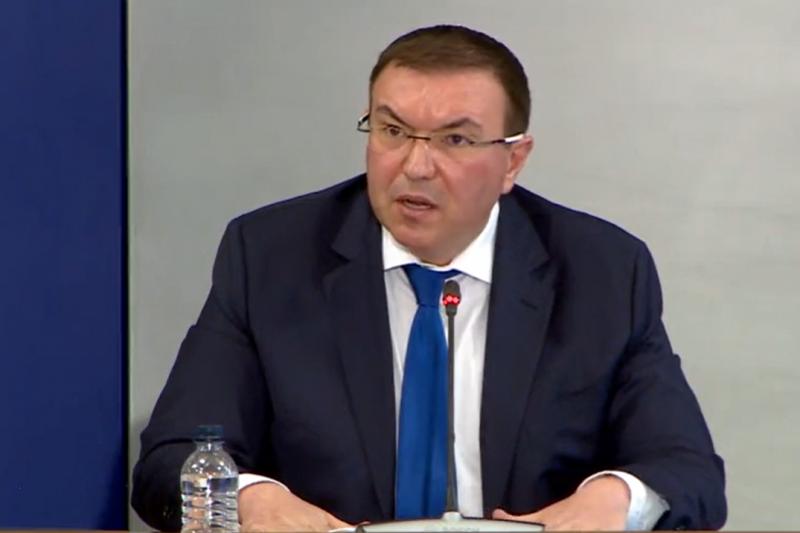 Здравният министър се скара на АстраЗенека: Нямаме нужда от вашите учтивости – хората или са живи, или са умрели