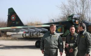 """""""Хубав ден за авиацията ни"""": Каракачанов показа ремонтираните Су-25 и направи пробен полет (ВИДЕО)"""