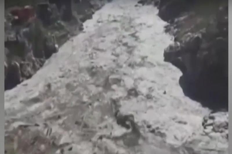 Трагичен инцидент: Над 100 души загинаха след отчупване на ледник в Хималаите