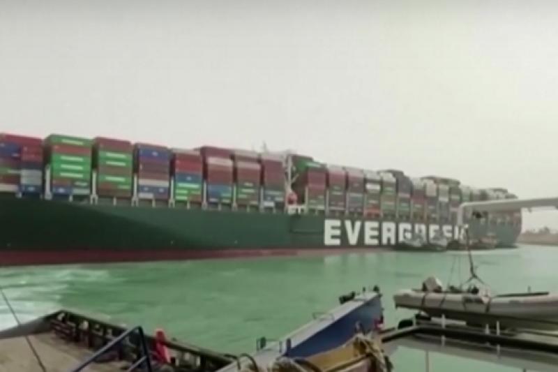 ФИНАНСОВА КАТАСТРОФА: Още не могат да измъкнат товарния кораб, блокирал Суецкия канал