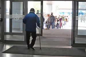 """Дълги опашки се извиха пред """"зелените коридори"""" за ваксинация"""