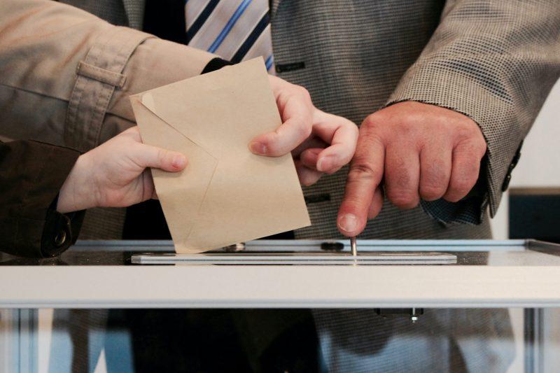 """Младите гласували за Слави Трифонов, а умните – за """"Демократична България"""""""