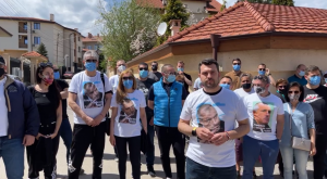 """""""Безбожна провокация, терор, издевателство"""": С тениски с лика на Борисов негови поддръжници го браниха в Банкя (ВИДЕО)"""