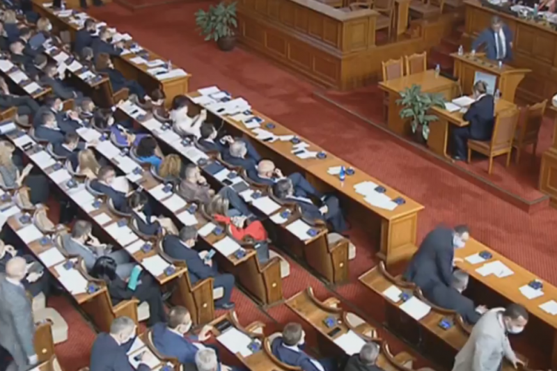 НОВ СКАНДАЛ: Преизчисляването на пенсиите отново прекрати временно заседанието на парламента