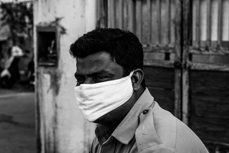 """Индия се """"задушава"""" – пандемията я стиска все по-здраво"""