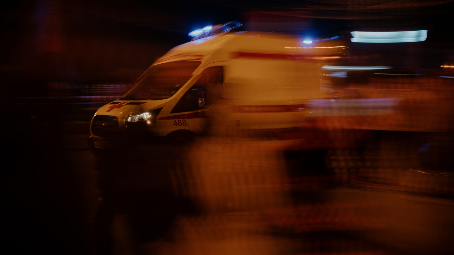 Откриха в кола многократно намушкан мъж, борят се за живота му