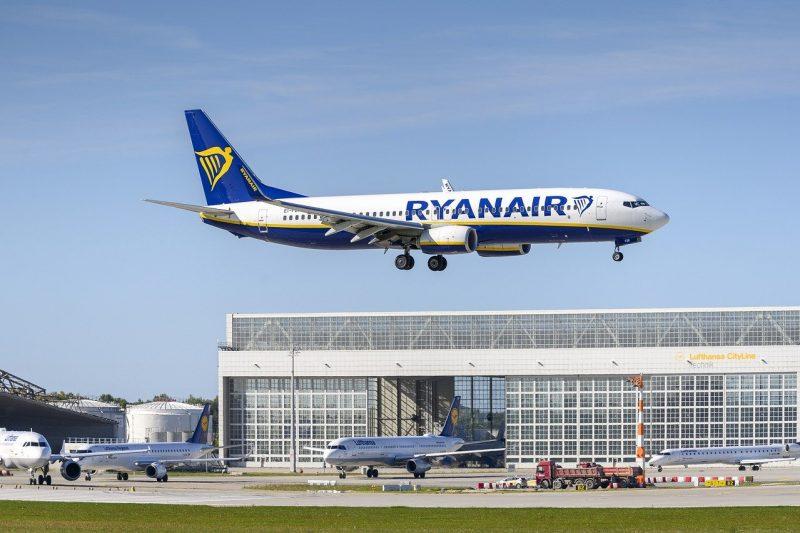 """Часове наред полицията в Германия претърсва самолет на """"Райънеър"""" след непредвидено кацане в Берлин"""
