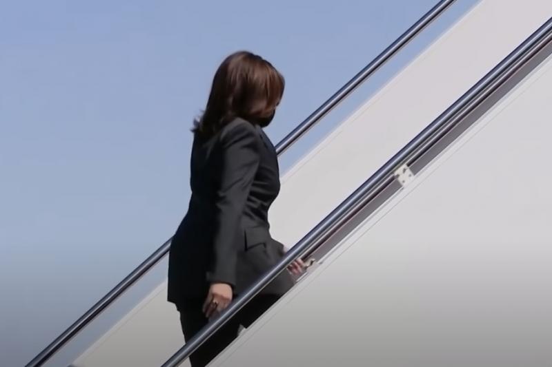 Приземиха спешно самолета на вицепрезидента на САЩ Камала Харис