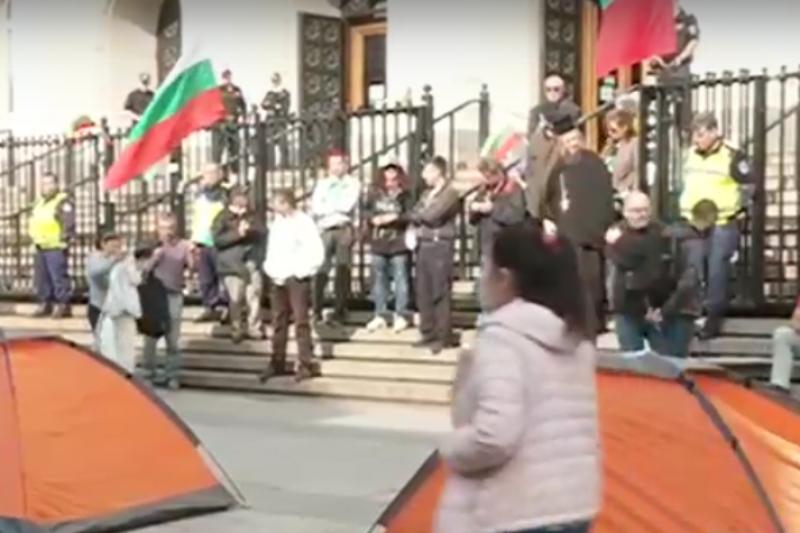 Палатков лагер пред Съдебната палата в София – искат оставката на Гешев (ВИДЕО)