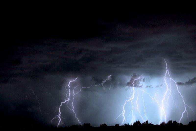 Снощната буря взе жертва у нас (ВИДЕО)