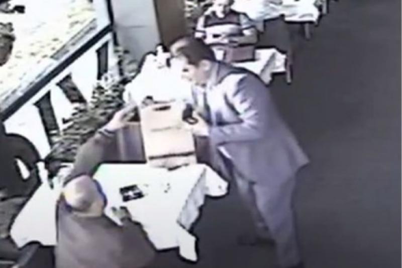 Видео показа как съветникът на президента Пламен Узунов прибира плик от бивш митничар по време на уволненията в митниците