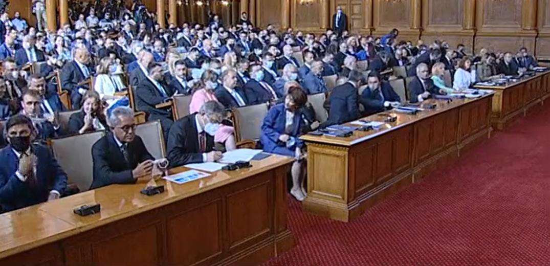 Нападки, призиви за диалог и първи схватки: Първите думи на новите депутати