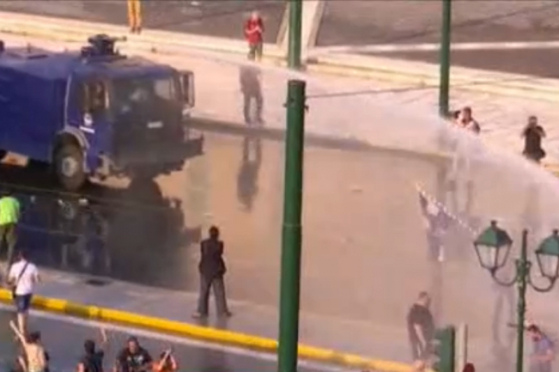 Водни оръдия и сълзотворен газ срещу хиляди протестиращи в Гърция заради задължителните ваксини (ВИДЕО)