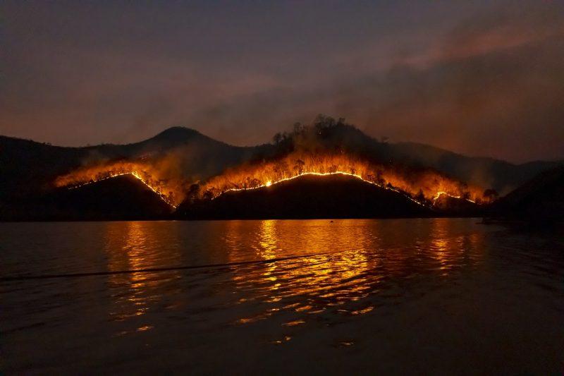 Невиждано бедствие: Евакуираха стотици заради огромен пожар на остров Сардиния (ВИДЕО)