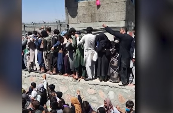 You are currently viewing Над 90 жертви и 13 американски военни станаха жертва на атентата на летището в Кабул. ИДИЛ пое отговорност