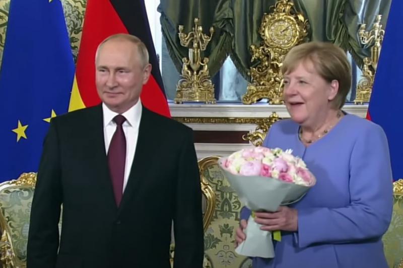Меркел получи цветя от Путин при последното си посещение в Русия като канцлер (ВИДЕО)