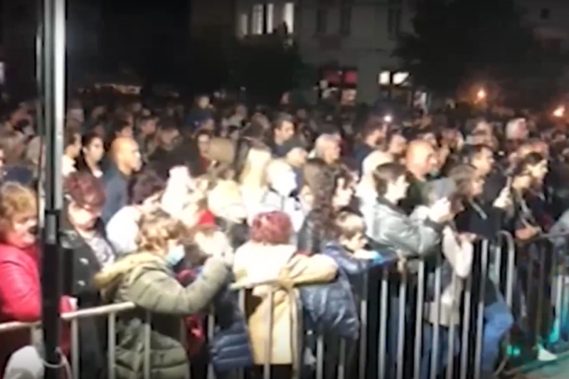 Без маски и дистанция: Десетки се събраха на концерт в Берковица (ВИДЕО)