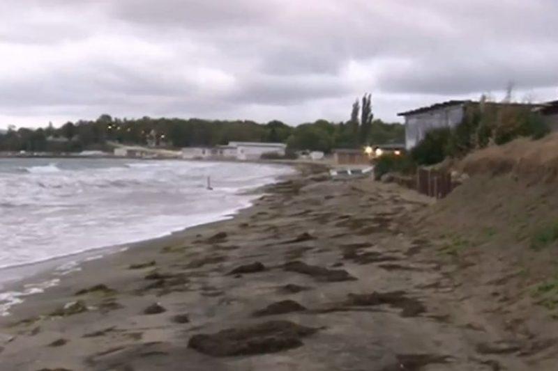 """Бурното море """"изяде"""" 18 метра от плажа в Крайморие"""